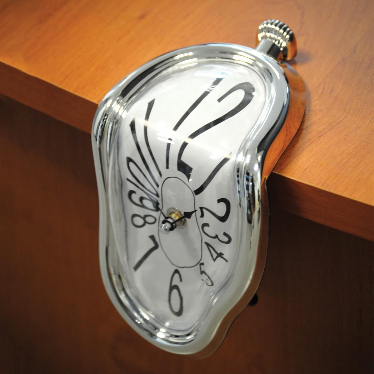 un cadeau pour les fans du peintre salvador dali cette horloge d goulinante va agr menter d 39 un. Black Bedroom Furniture Sets. Home Design Ideas