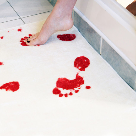 tapis de douche avec des traces de pas ensanglantées