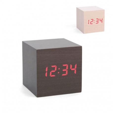 Une horloge design qui donne le ton à la déco du salon ! Affichage digital de l'heure et sobriété du bois se retrouvent dans un cube-réveil élégant et pratique...