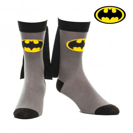 Voilà une paire de chaussettes de super-héros pour se déplacer autrement dans les rues... Retrouvez votre âme d'enfant avec ces chaussettes Batman so geek avec capes intégrées ! Un cadeau résolument insolite !