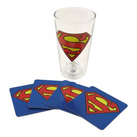 Apportez une ambiance geekissime à vos rafraîchissements avec ce lot de produits Superman ! Un maxi verre d'un demi-litre et ses quatre dessous de verre assortis aux couleurs de Superman, notre super-héros favori, vous raviront à coup sûr !