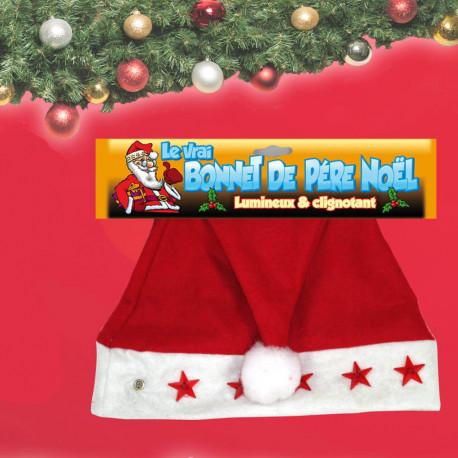 Déguisez-vous en Père-Noël pour les fêtes de fin d'année avec ce bonnet de Noël lumineux ! Ses leds clignotantes, des étoiles rouges ou des sapins verts, et son emblématique pompon blanc en font un déguisement de Noël parfait !