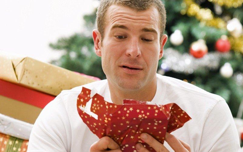 Un homme surpris par son cadeau